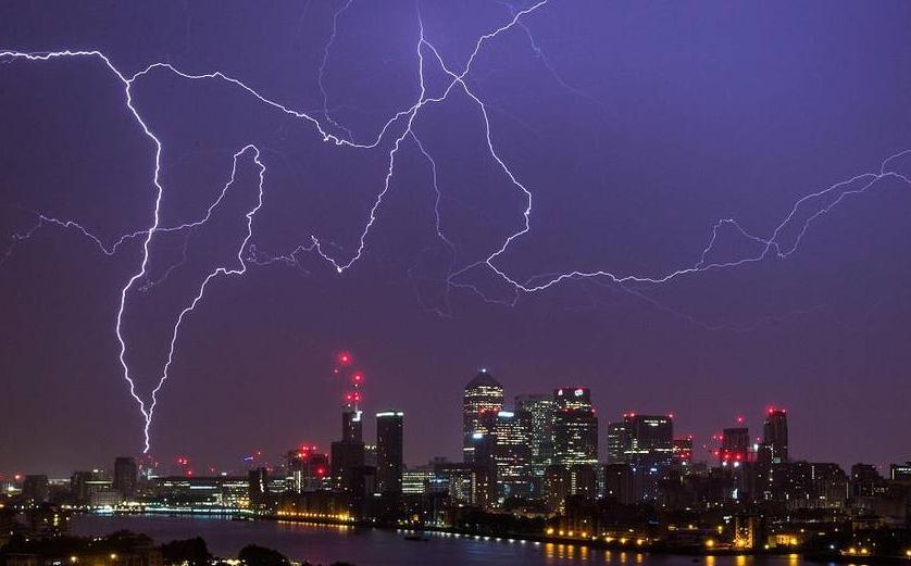 英國一夜遭6萬道閃電襲擊 是發誓的人太多?