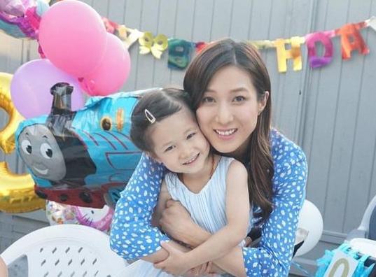 钟嘉欣晒照为女儿庆祝生日 弟弟坐在婴儿椅上显乖巧