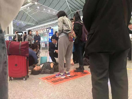 感动!女乘客倒在检票口 一圈陌生人赶在120到来前帮忙
