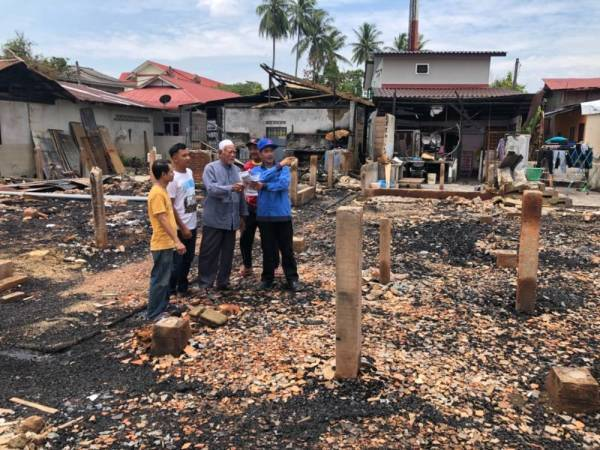 马来西亚哥打巴鲁:熊孩子为了看消防员灭火 烧了12所房子