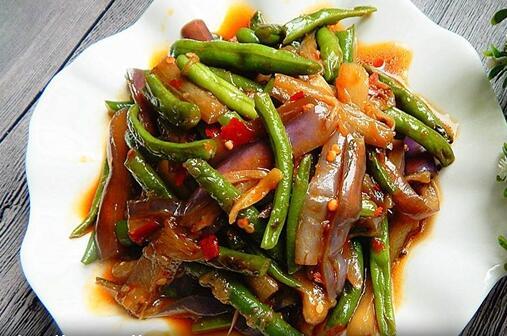 家常菜:豇豆烧茄子 豇豆和茄子可先焯烫一下