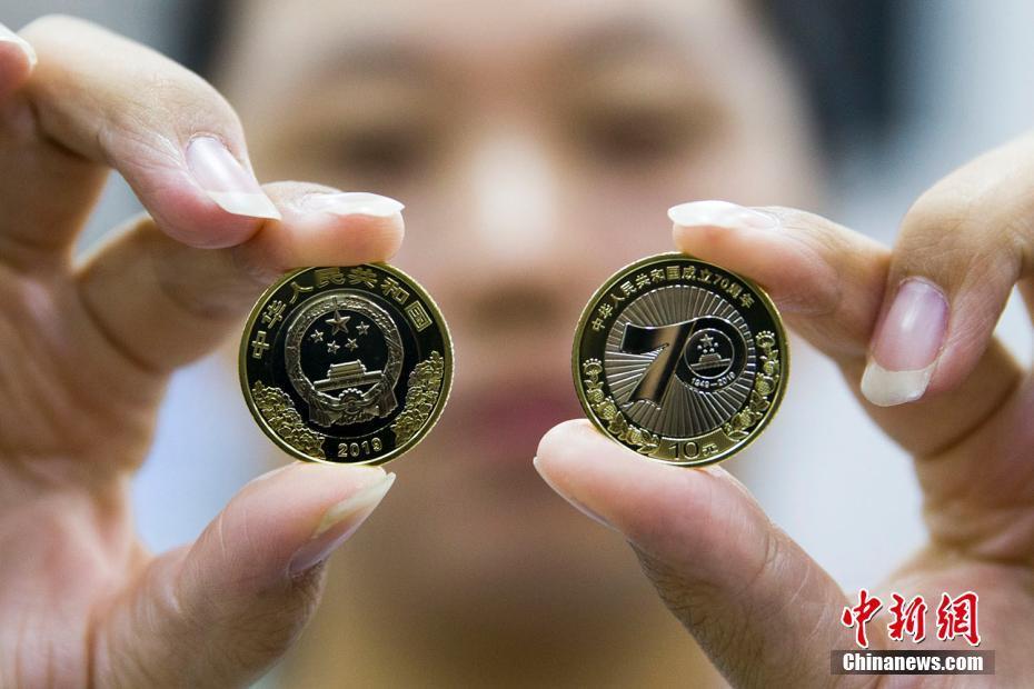 太原民众冒雨排队兑换中华人民共和国成立70周年纪念币 发行1.5亿枚