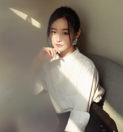 何泓姗最新写真曝光 自带甜美少女气质