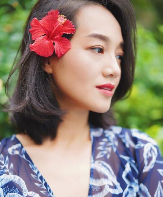 朱丹分享美照 穿深V长裙气质温柔 头戴红花侧颜精致