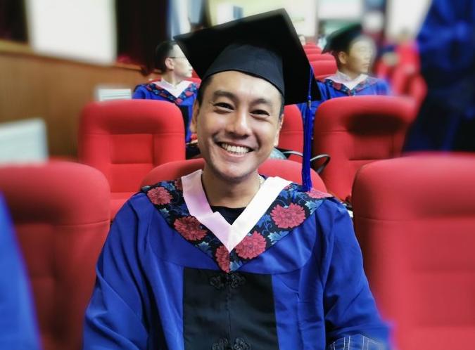 朱孝天對外經濟貿易大學碩士畢業 戴四方帽笑容燦爛