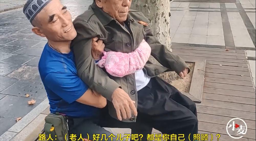 孝顺!60岁儿子扎弓步为87岁父亲当板凳