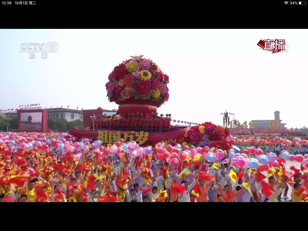 河南姑娘朱婷同中国女排队员登上阅兵彩车!