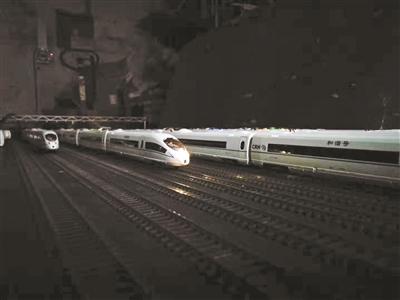 6旬老人邝志广耗时两年半打造高铁模型 花费50万