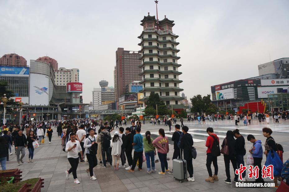 壮观!国庆假期返程高峰 乘客排百米长队进地铁站