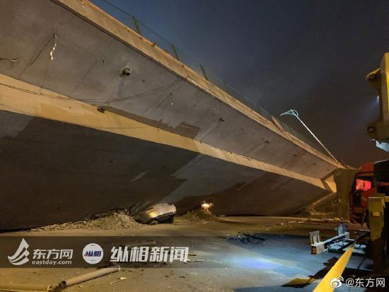 现场:无锡垮桥被压车辆正拖出 起吊桥体需8辆500吨吊车