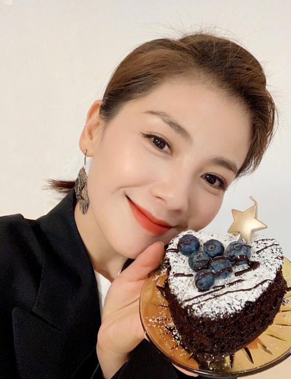 刘涛满足小朋友愿望准备蛋糕 妆容精致优雅美丽