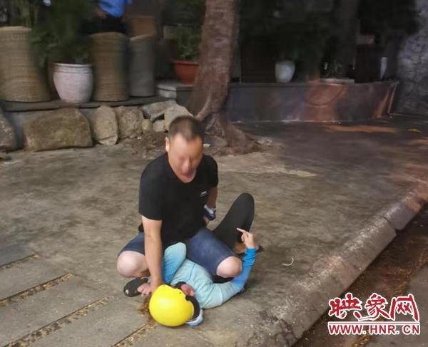 """中国游客在越南遭遇""""飞车党""""河南拖鞋小哥当场抓获一人"""