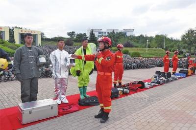"""""""消防进军训""""——消防进校园六千新生现场学自救"""