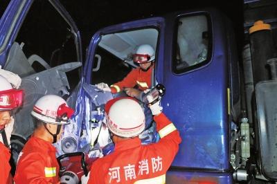 专业拆迁?货车相撞司机被困消防员果断拆车救人