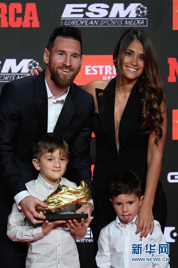 个人职业生涯第六次 梅西领取金靴奖杯