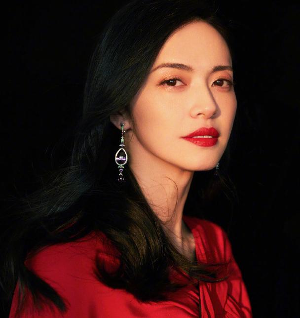 姚晨穿红色披肩长裙配红唇 妆容精致优雅迷人