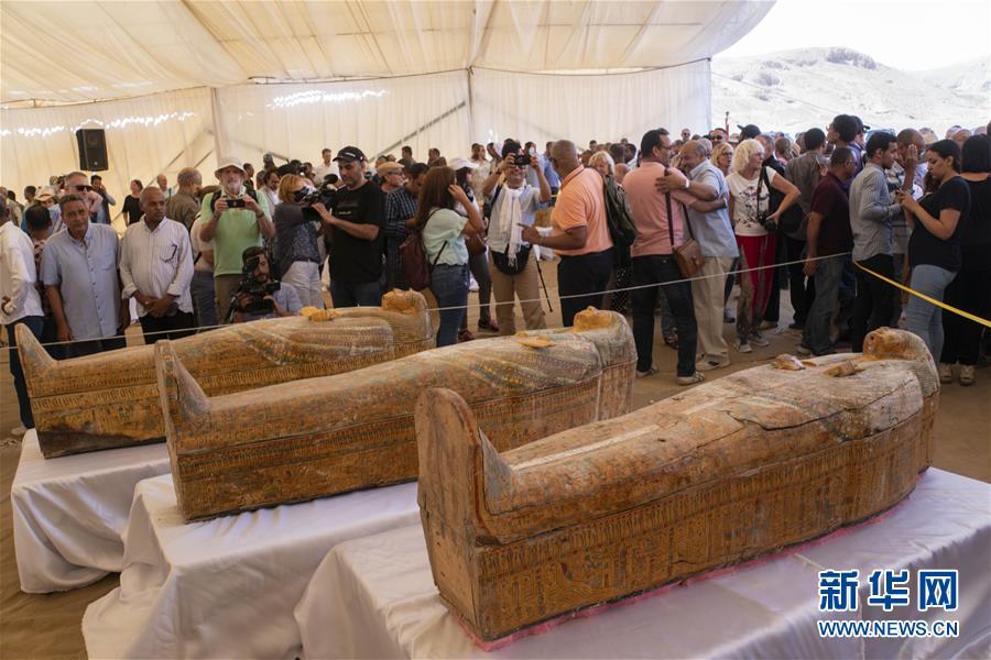 埃及出土30具3000年前的木质棺椁 棺椁内外均有彩绘