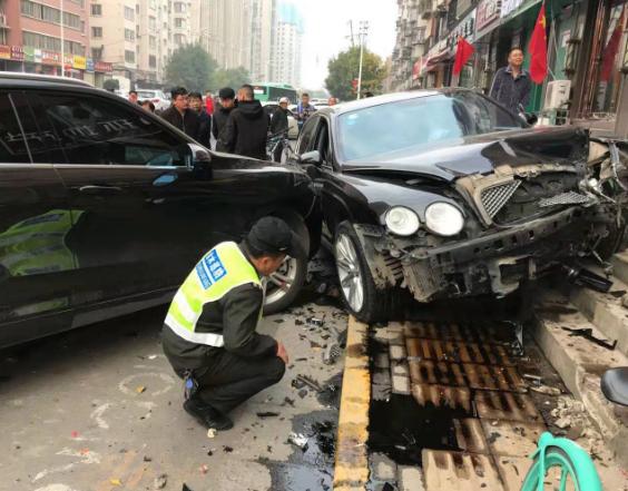 郑州街头宾利撞向路边车情况严重,官方回应:系疲劳驾驶
