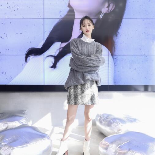袁冰妍毛衣搭配超短裙上演季节差 尽显时尚魅力