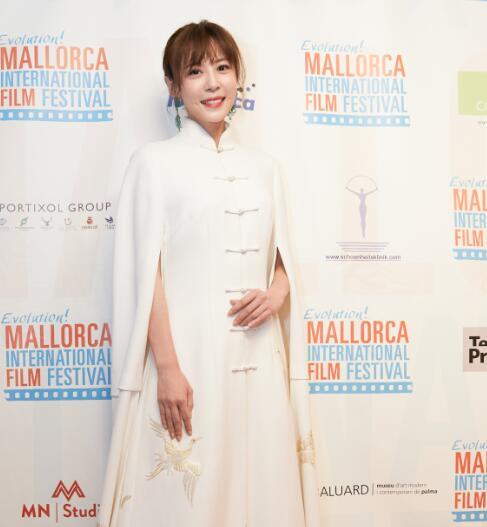李金銘亮相馬洛卡電影節 白色長裙盡顯婉約國風美