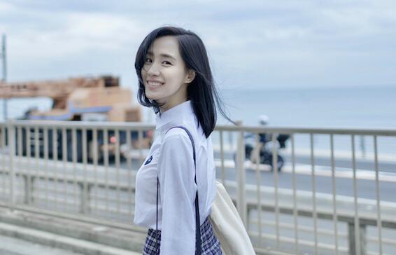 王智白衬衣搭格纹裙现身《灌篮高手》取景地 笑容甜美