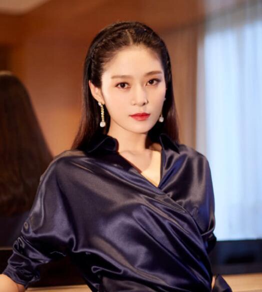 王媛可出席活动 v领秀天鹅颈 细腰袅娜展优雅