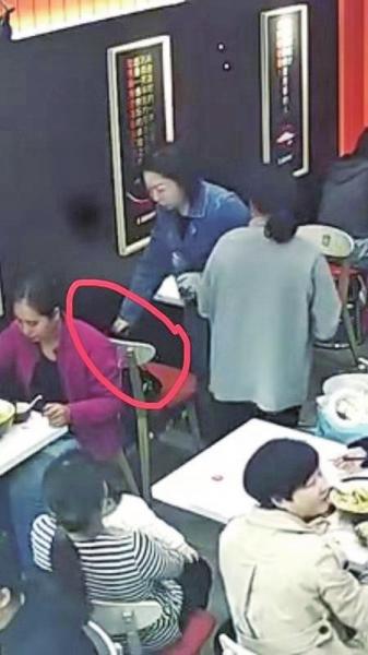 吃完饭拿了别人的包就走!这位蓝衣服的女士你没想到有监控吗?