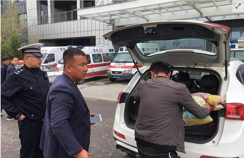交警飞奔护送断肢 为了解救这个被车撞断腿的男子交警拼了