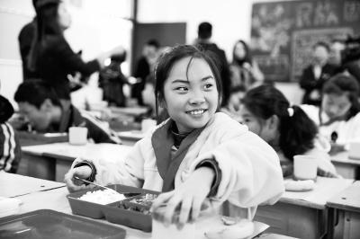 """郑州又有6所小学开吃""""营养午餐"""" 郑州二七区中小学启动美好午餐模式"""