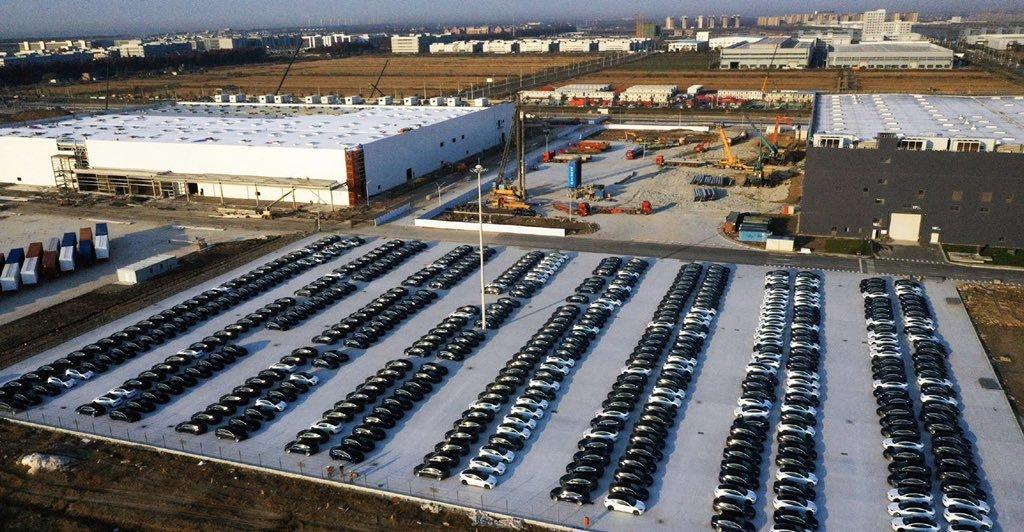 特斯拉上海工厂停车场停满全新Model 3 计划增加充电站数量