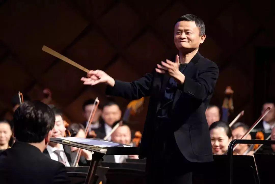 马云指挥交响乐 网友搞笑评论:马老师真是多财多亿 凭亿近人