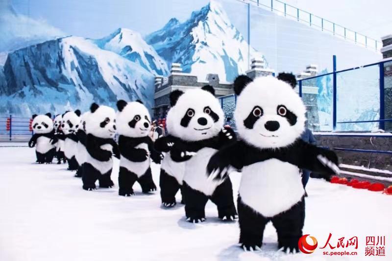 """""""大熊猫""""组团雪地""""蹦迪""""贺新年 萌得众人直呼""""太可爱了"""""""