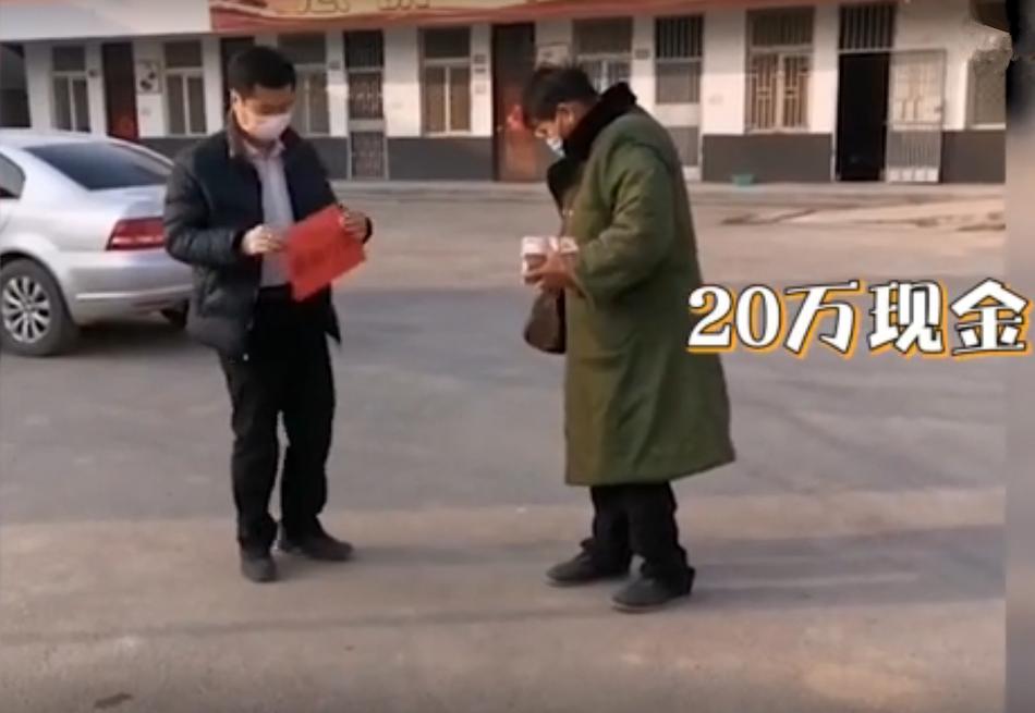 """温暖!""""大衣哥""""朱之文手捧20万现金现身为武汉捐款"""