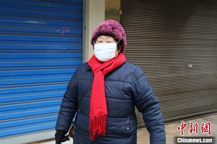"""四川万源""""织女""""在家自发制作起口罩 并送给亲朋好友"""