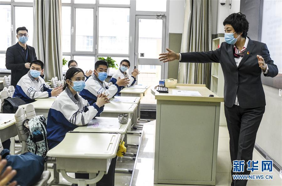 贵州、新疆、青海三地复课!单人单桌,每人佩戴口罩