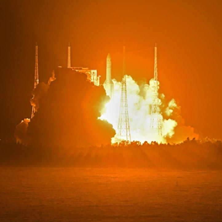 我国长征五号遥三运载火箭在文昌航天发射场发射圆满成功