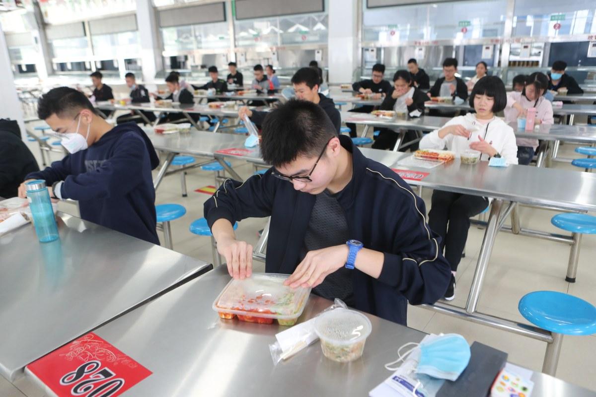 郑州初三学生复学首日 两荤一素一主食 单人单桌