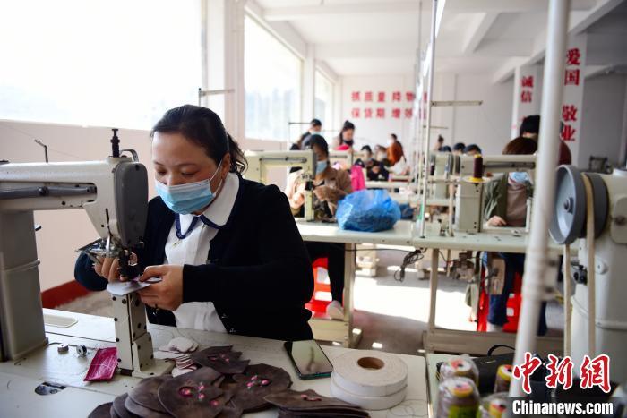 咸丰县返乡创业园内的企业。余咸宣 供图