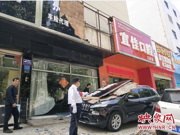 大風將店門頭刮掉 門口兩輛汽車被砸 其中一輛是店主的車