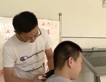 衡水中学高三一老师自学为学生理发  还买了电推子