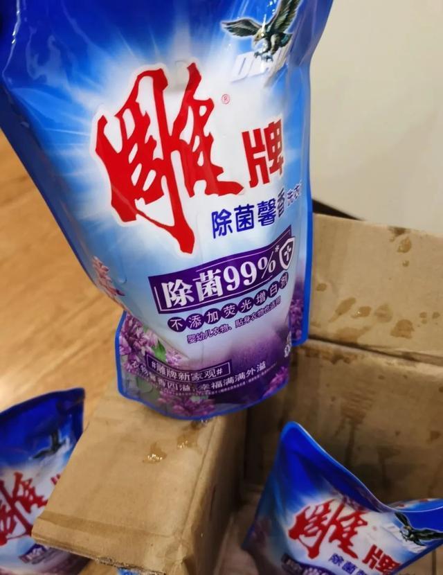 △刘女士收到的洗衣液,部分产品有撒漏现象