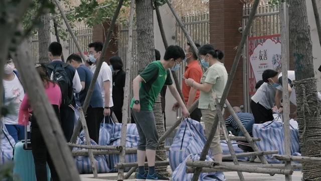 北京高三学生提前道别 高考时再见!未