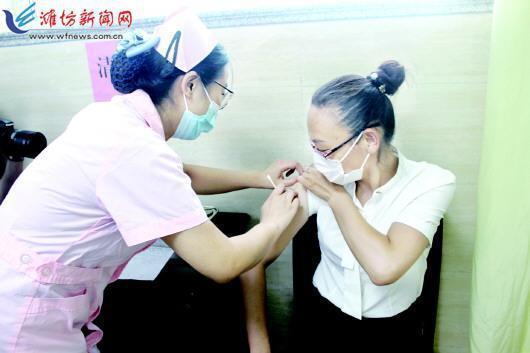 国产二价宫颈癌疫苗比进口疫苗便宜一半 母女俩一起接种