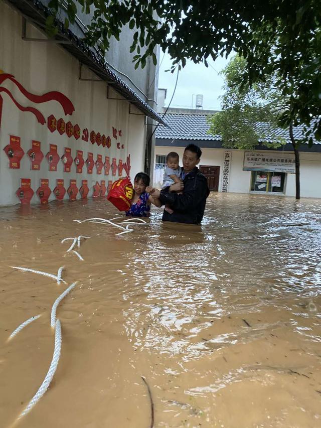 派出所所长李之亮:在齐腰洪水中一手抱婴儿一手牵老人