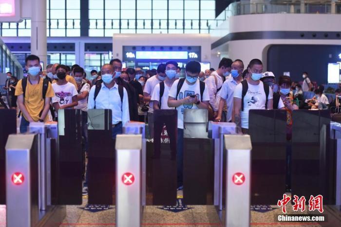 7月1日,旅客在重庆火车西站出行。当日,为期62天的中国铁路暑运正式拉开帷幕,至8月31日结束。图为旅客等待检票。 陈超 摄