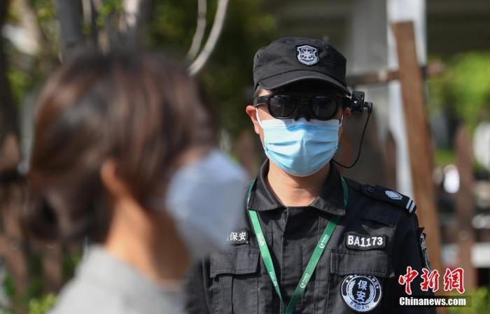 资料图:一位安保人员通过智能AR眼镜为游客测体温。 中新社记者 王刚 摄