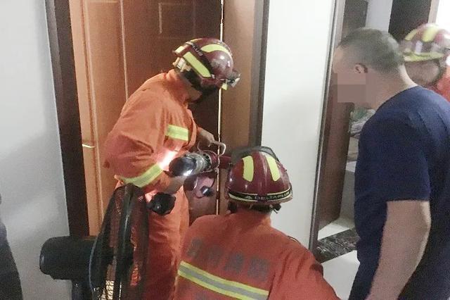 小孩手指被卡门缝 消防员5分钟取出手指并无大碍