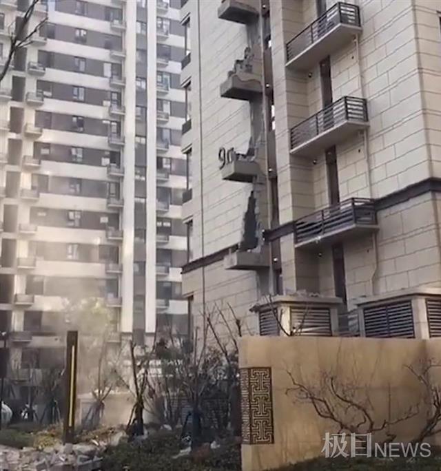 吓人!西安海亮唐宁府一栋楼的室外烟道竟塌了