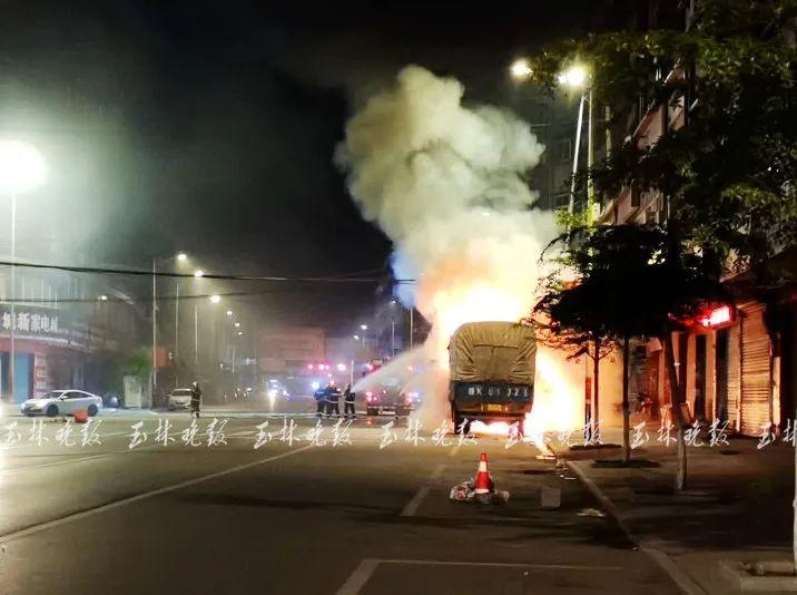 逆行小车撞上路边货车起火燃烧 驾驶员逃逸交警介入