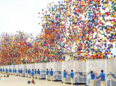 10万只气球顺利升空背后的故事 他们充气打结练了三个月
